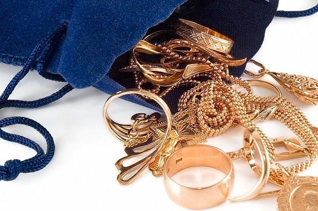 Злоумышленник срывал с женщин золотые украшения