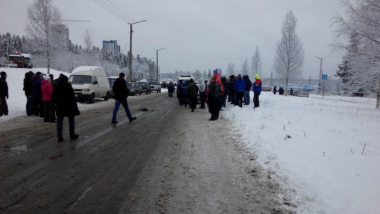 Машина ГИБДД сбила водителя во время акции дальнобойщиков в Петрозаводске (фото)