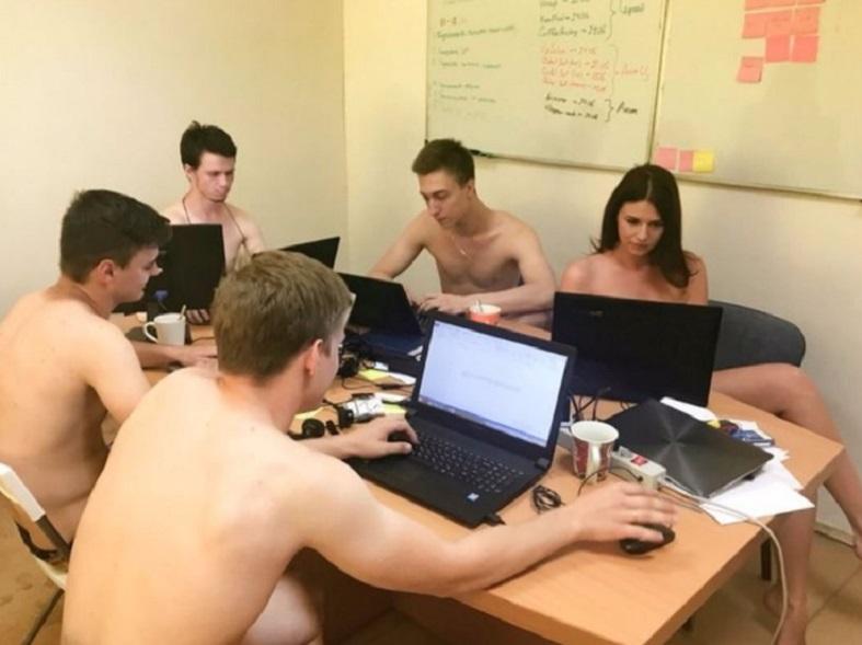 Девушки в офисе обязаны ходить голые жжот))))