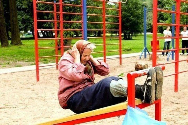 Смотреть бабушка идёт и падает она пьная 12 фотография