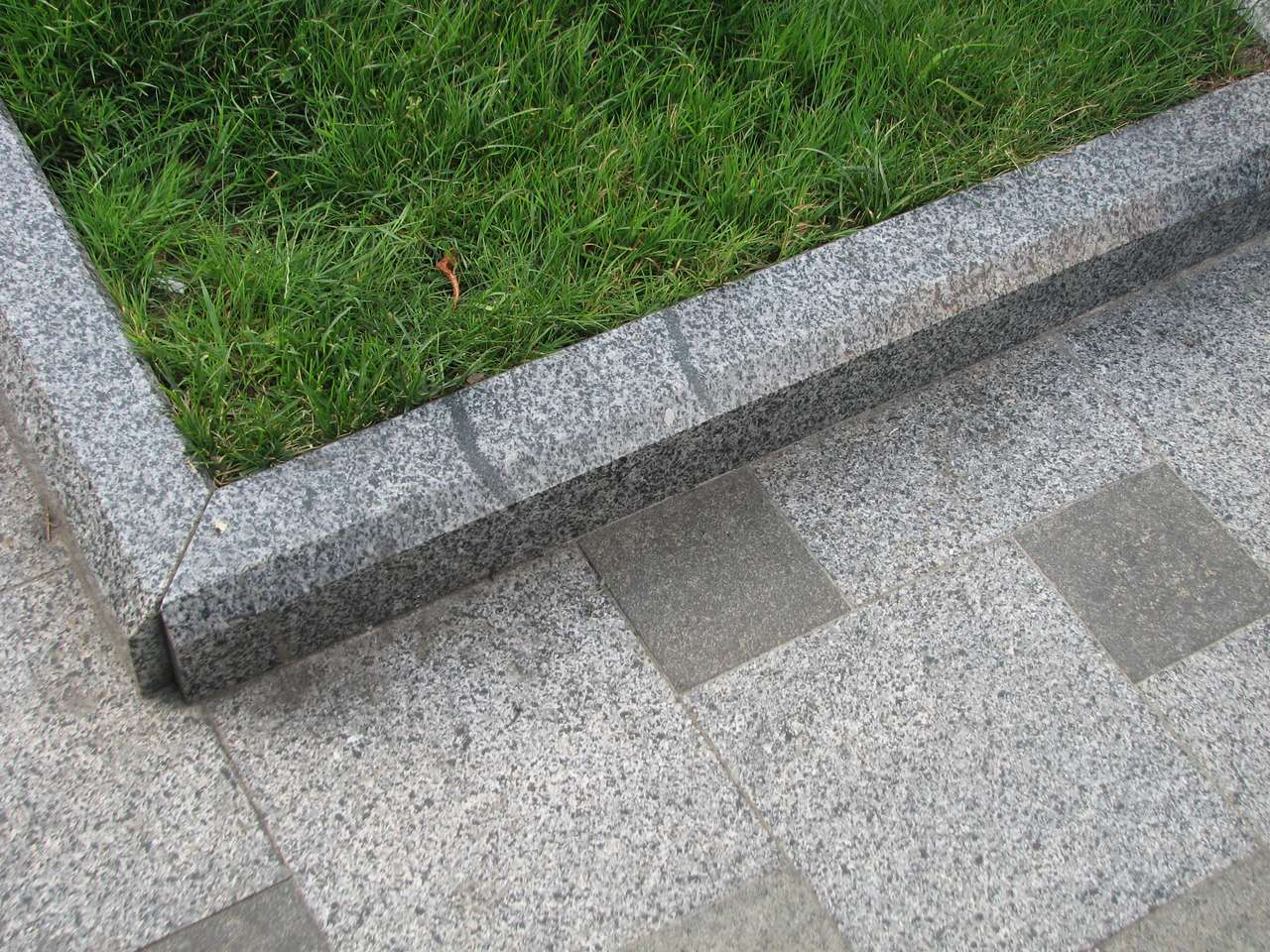 Granite Block Curb : В Петербурге открыли памятник поребрику фото