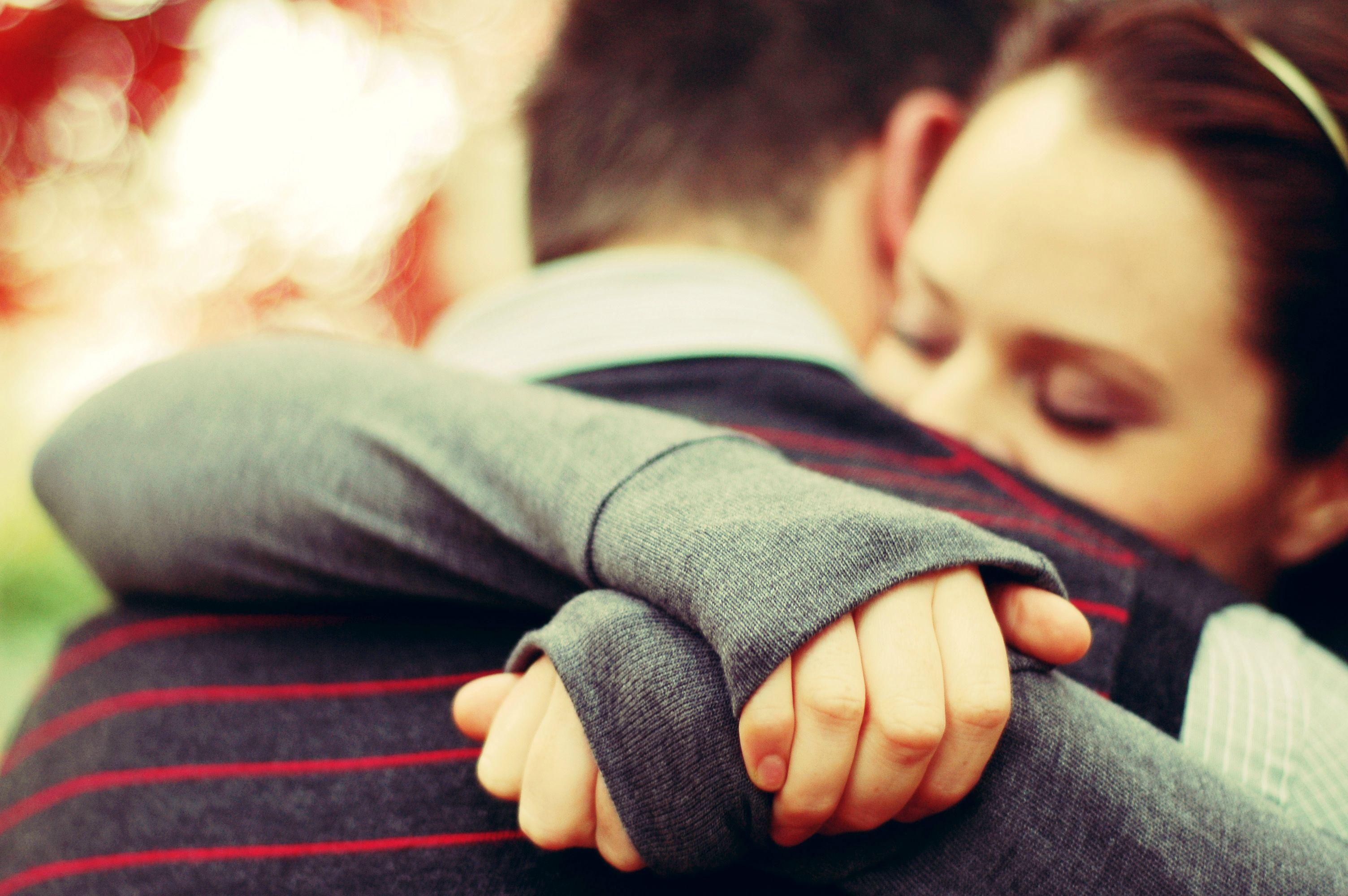 Секс у нас уже был но только один раз тут он отстранился от моих губ и надавил мне на плечи получилось что я села на колени напротив его 11 фотография