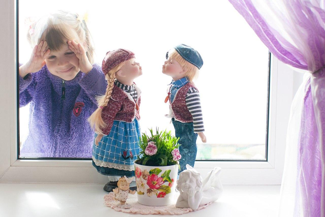 Картинка с куклой на окне