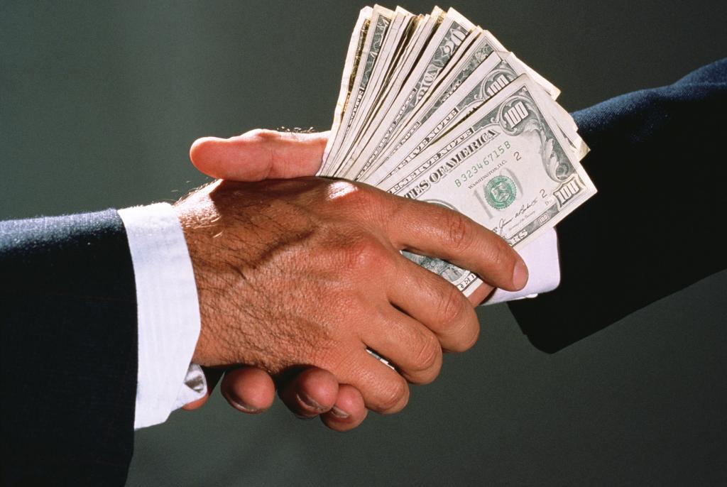 Своим, картинки передача денег из рук в руки