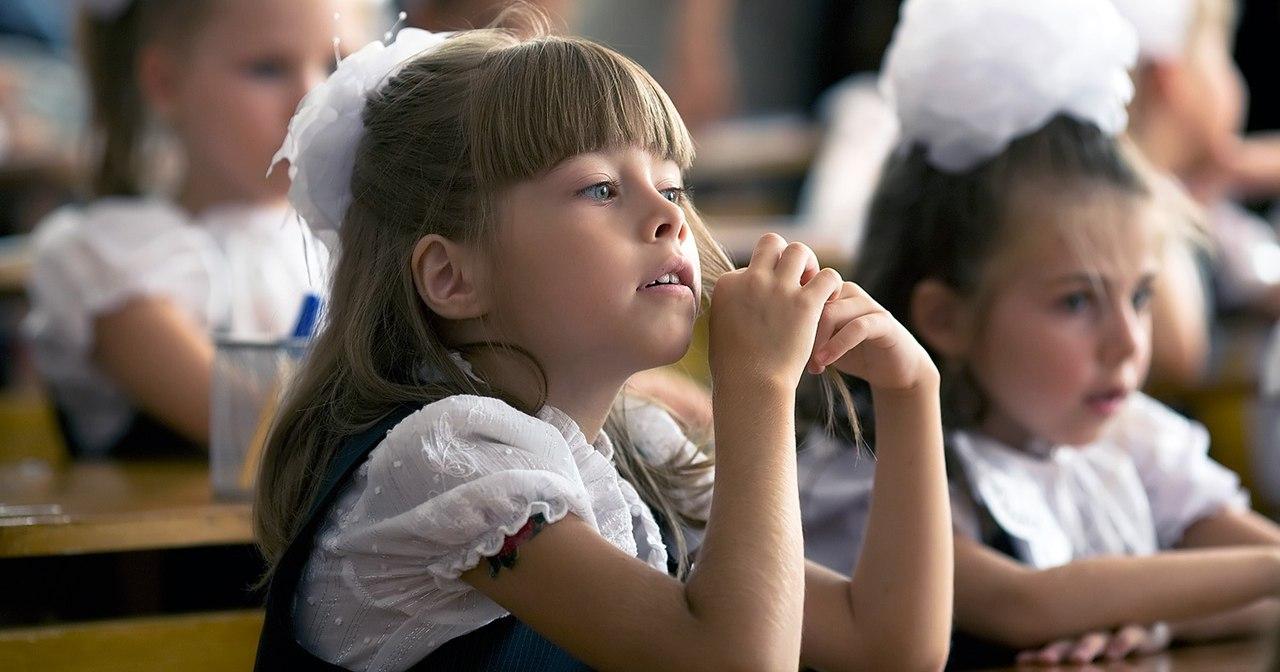 Ребёнок идёт в первый класс фото