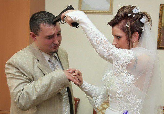 Русский мужчина продал свою женщину другу