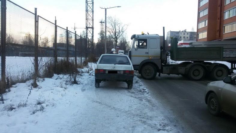 В Петрозаводске водитель заблокировал тротуар прямо перед девушкой с коляской: фото  В Петрозаводске водитель заблокировал тротуар прямо перед девушкой с коляской: фото