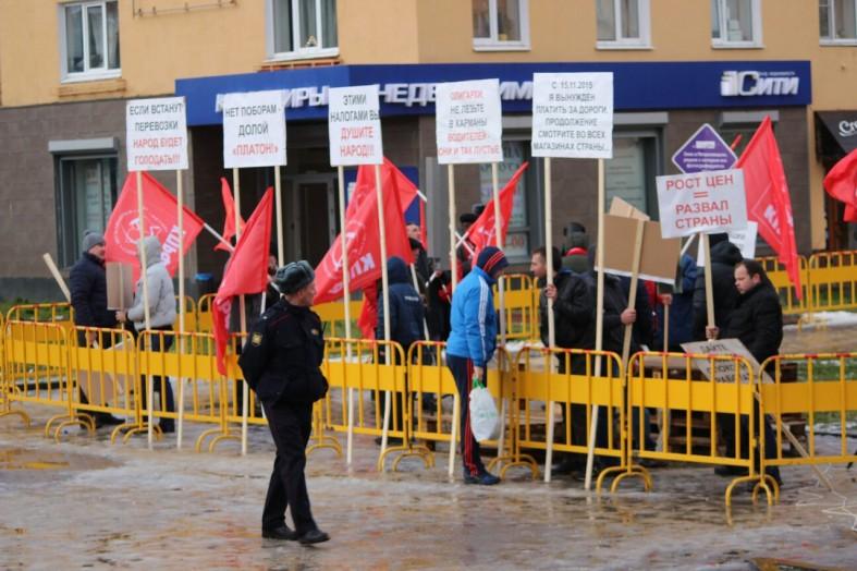 «На нас пытаются навесить ярлыки»: митинг дальнобойщиков прошел в центре Петрозаводска  «На нас пытаются навесить ярлыки»: митинг дальнобойщиков прошел в центре Петрозаводска