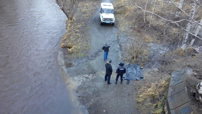 Труп мужчины выловили из реки в центре Петрозаводска (фото)  Труп мужчины выловили из реки в центре Петрозаводска (фото)