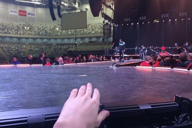 Певица Мадонна позволила жителюКарелии поцеловать ей руку: фото и видео  Певица Мадонна позволила жителюКарелии поцеловать ей руку: фото и видео