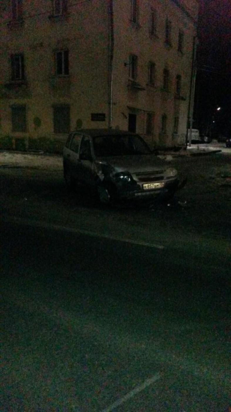 Молодой водитель устроил ночную аварию в Петрозаводске (фото)  Молодой водитель устроил ночную аварию в Петрозаводске (фото)