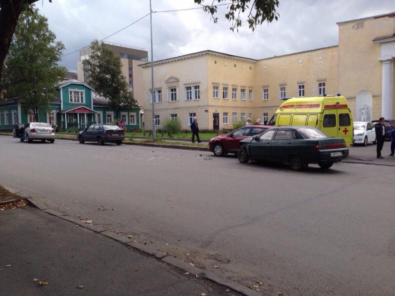 ВАЗ столкнулся с иномаркой около роддома в Петрозаводске  ВАЗ столкнулся с иномаркой около роддома в Петрозаводске