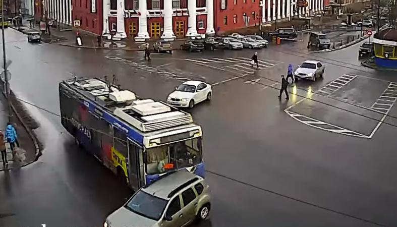 Троллейбус протаранил кроссовер в центре Петрозаводска (видео)