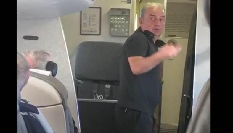 Вокалист Чайф устроил скандал наборту самолета