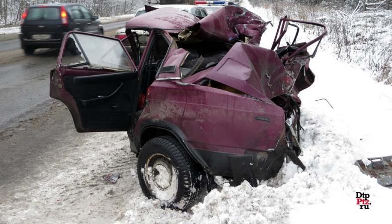 """Фото: КАМАЗ раздавил """"семерку"""", водитель и пассажир чудом остались живы"""