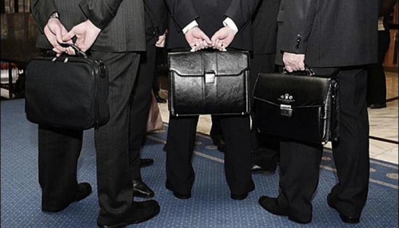 Средняя заработная плата федеральных чиновников в РФ больше 100 000 руб. вмесяц