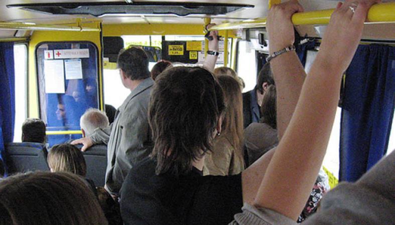devushku-v-avtobuse-u-vseh-na-glazah-hochu-otsosat-komu-nibud