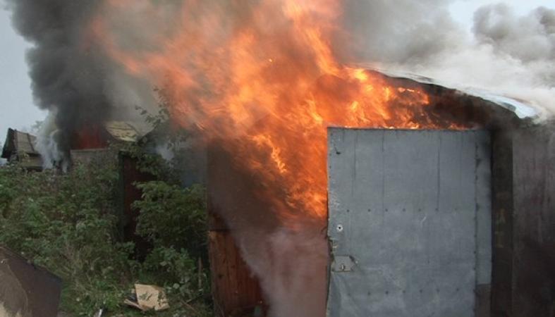 Гаражи целый день горели в Петрозаводске