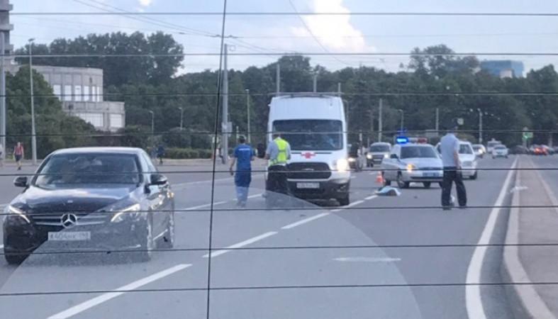 В Петербурге байкер сбежал после фатального падения пассажирки под машину. Видео