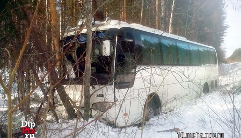 Натрассе вКарелии пассажирский автобус улетел вкювет