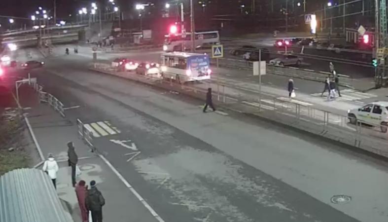 Рейсовый автобус протаранил легковушку в Петрозаводске (видео)