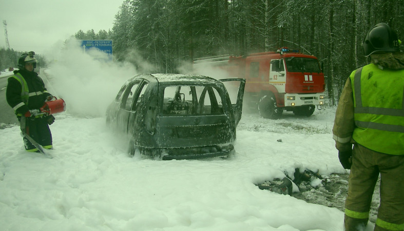 Чешская иностранная машина навсе 100% сгорела натрассе «Кола» вКарелии