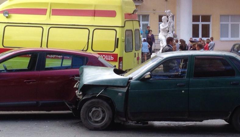 ВАЗ столкнулся с иномаркой около роддома в Петрозаводске