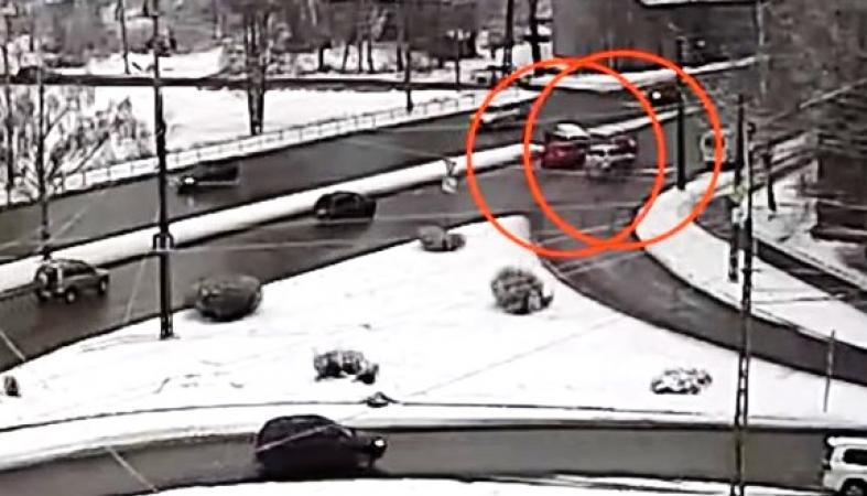 Женщина пострадала в столкновении двух иномарок в Петрозаводске: видео