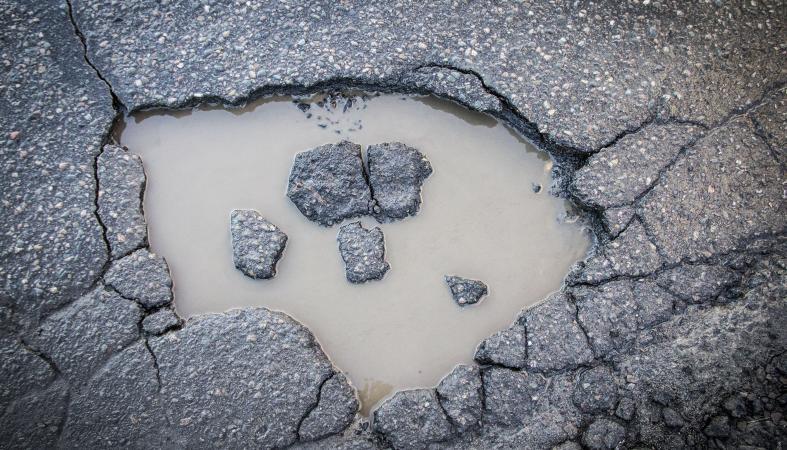 Асфальт трещит по швам: Что осталось от ямочного ремонта в Петрозаводске?