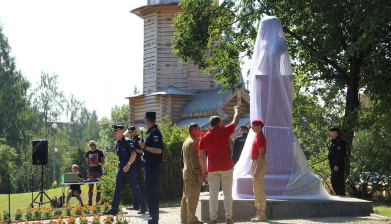 Монумент Герою РФ открыли вПетрозаводске вДень ВДВ