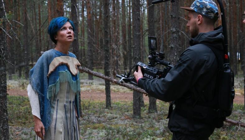 Певица с зелеными волосами в клипе