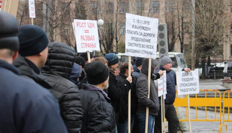 «На нас пытаются навесить ярлыки»: митинг дальнобойщиков прошел в центре Петрозаводска
