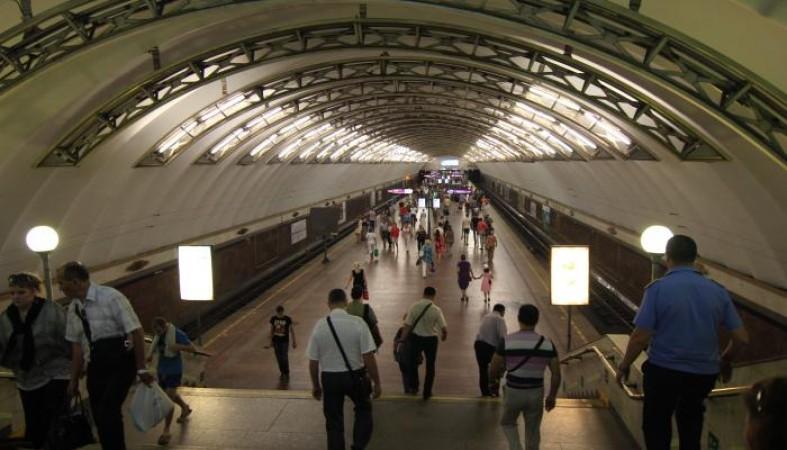 Погибшего настанции «Площадь Александра Невского» мужчину толкнули нарельсы друзья