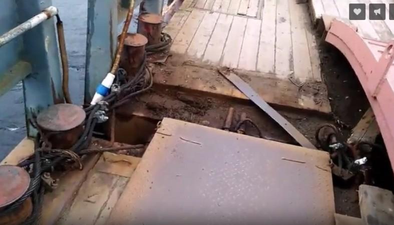 Жительницу Петрозаводска испугало состояние понтонного моста вСоломенном, ужасные кадры