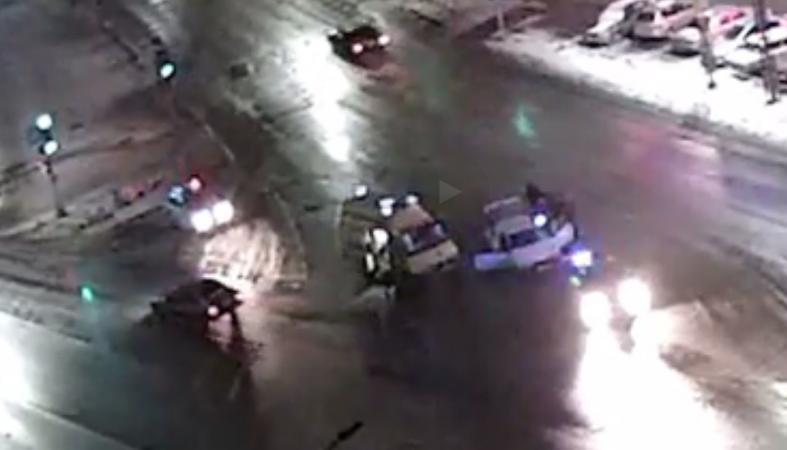 """Видео: Полицейские не смогли вытащить из машины водителя """"под кайфом"""""""