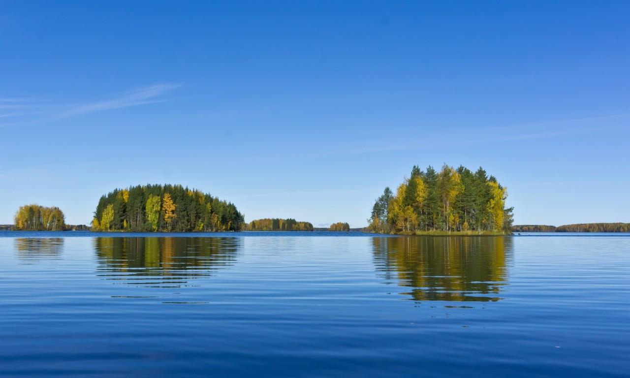 ВКарелии 2-х девушек забрало насамодельном плоту возеро