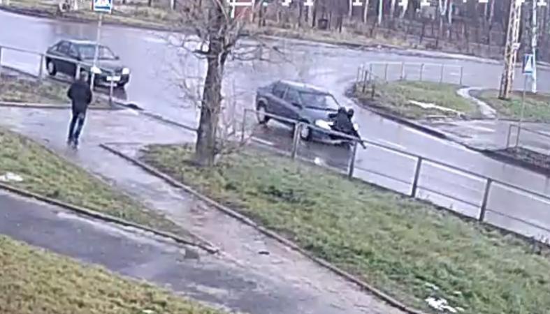 Появилось видео того, как в Петрозаводске на пешеходном переходе сбили женщину