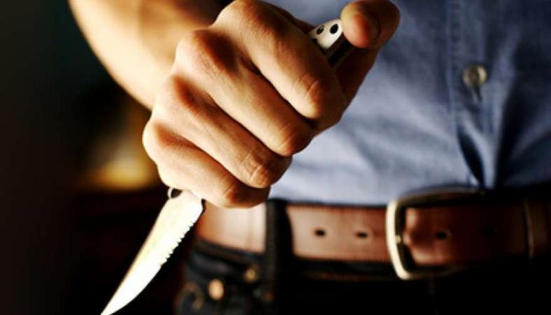 Женщину серьезно ранили ножом на улице в Кондопоге