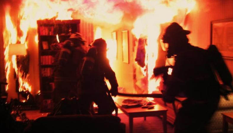 На пожаре в Петрозаводске людей со второго этажа спасали через окно