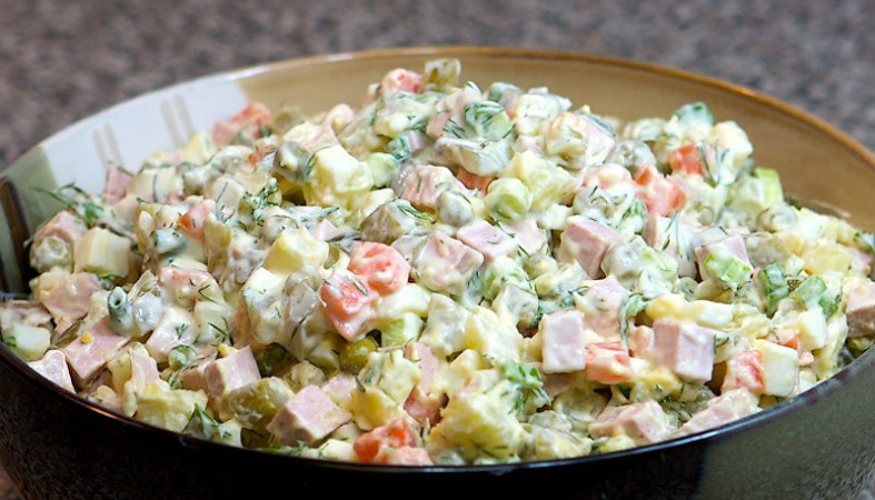 Специалисты назвали регионы ссамым недорогим идорогим салатом «Оливье»