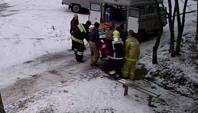 Медикам пришлось вызывать пожарных, чтобы вынести из дома тяжелого больного (видео)