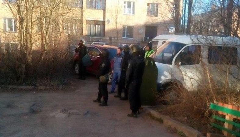 Мужчина соружием забаррикадировался вцентре Петрозаводска