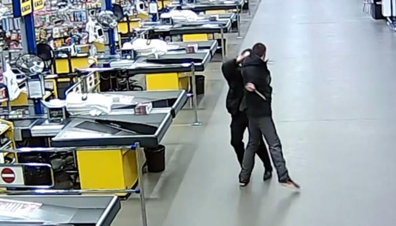 Появилось видео, как покупатель напал с топориками на охранника в гипермаркете