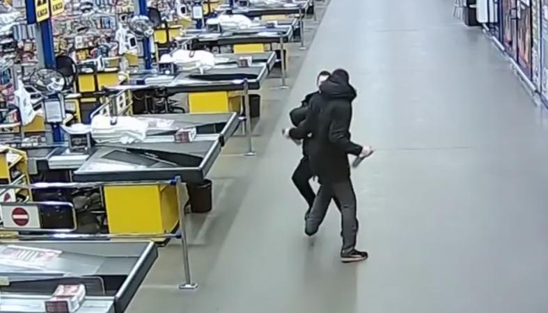"""Мужчина с топором набросился на охранника """"Ленты"""" (видео)"""