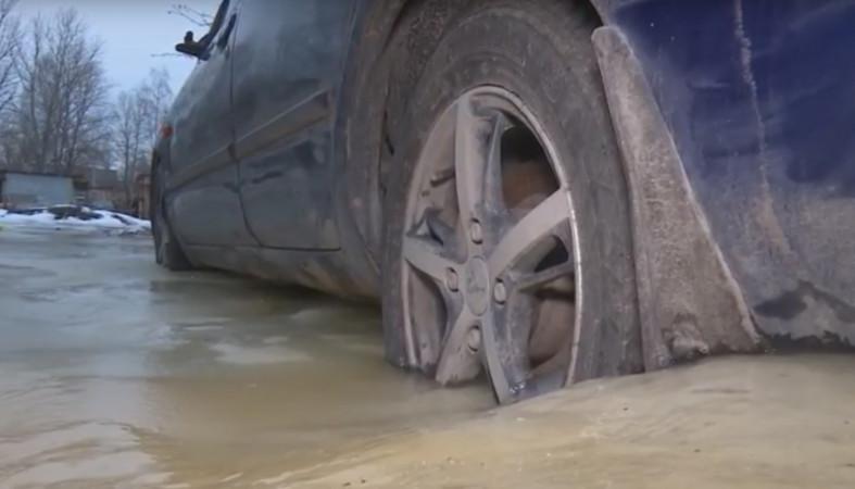 Автомобили петрозаводчан вмерзли в лед из-за бьющей из-под земли воды