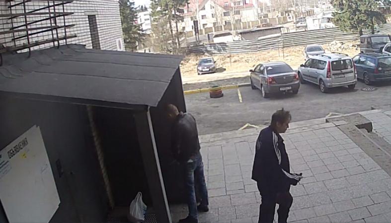 видео мужчина терпит пописать