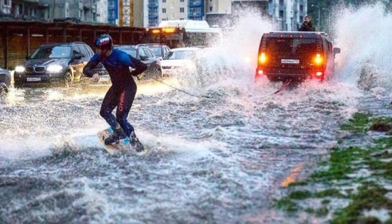 Москвич прокатился навейкборде позатопленной столичной улице