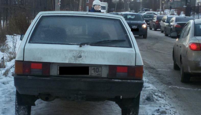 В Петрозаводске водитель заблокировал тротуар прямо перед девушкой с коляской: фото