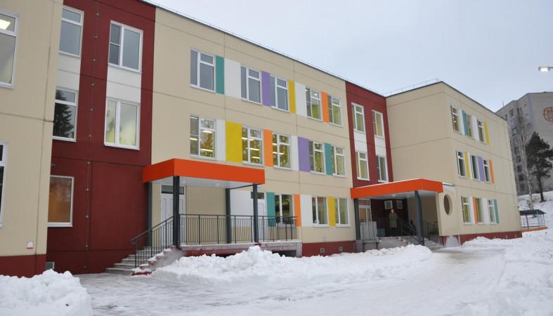 Мэру Петрозаводска показали, на каких кроватках спят «карамельки»